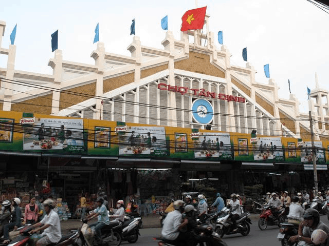Tan Dinh market is usually crowded (Image source: Terranova)